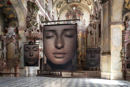 Výstava fotografa Pavla Máry v barokním kostele ukazuje jedinečnost lidských tváří a těl, jejich duchovní krásu a tajemství