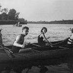 4_Mladí manželé Horákovi na kánoi na Vltavě s jejich přáteli_ foto archiv Jany Kánské