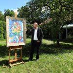 1_Tomáš Hejtmánek s obrazem Kytice na Otavě Václava Špály v zahradě Arthouse Hejtmánek_foto Arthouse Hejtmánek_repro zdarma