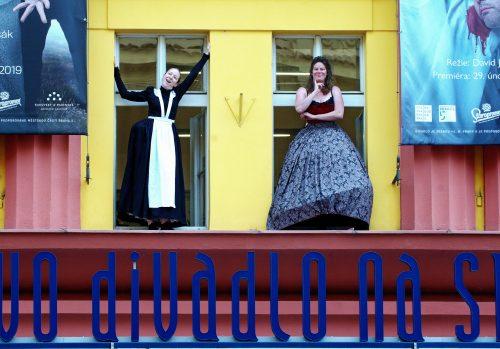 Švandovo divadlo pořádá Den otevřených dveří. Nabídne prohlídky, pátrání po ukradeném předmětu i večerní show venku před budovou