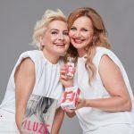 2_Bára Nesvadbová a Věra Komárová s parfémem Iluze_ foto Anna Kovacic_repro zdarma