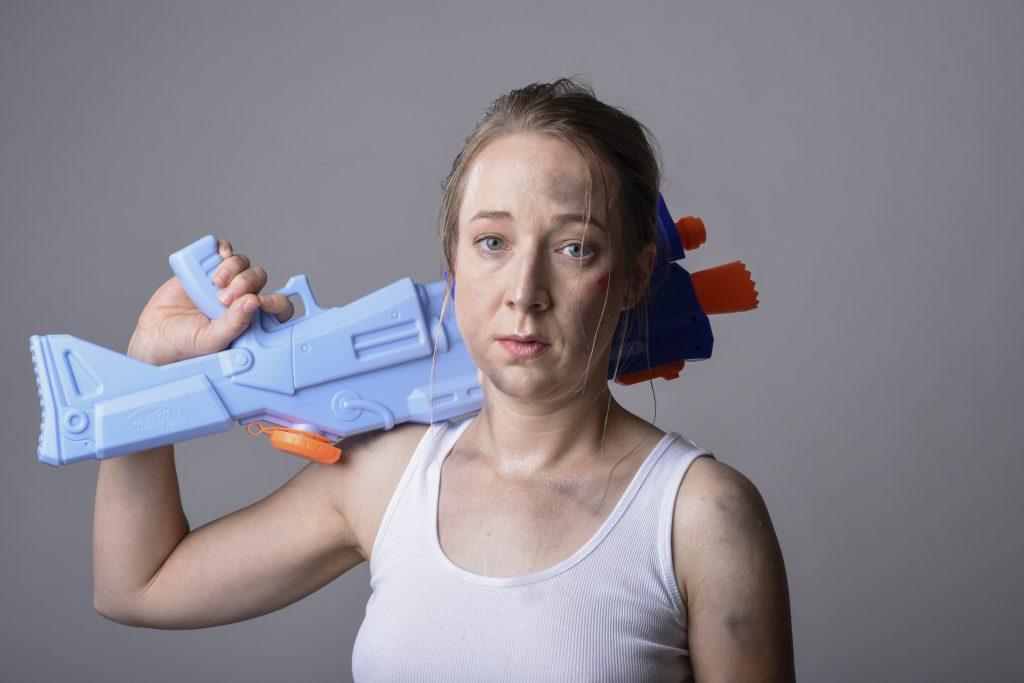 1_Marie Štípková jako ekoteroristka Catch v inscenaci Zabíjejte popírače klimatických změn_foto Alena Hrbková